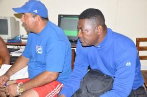 Juan de Dios Peña, a la derecha, uno de los entrenadores de picheo del equipo de los Galllos.