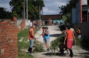 El saneamiento ambiental es una de las medidas para erradicar el vector.