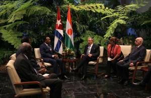 El presidente cubano Raúl Castro a su homólogo de Niger, Mahamadou Issoufou. Foto: Ismael Francisco