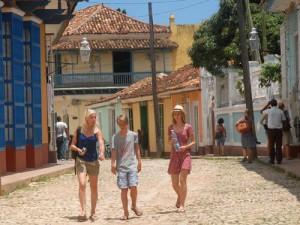 Brigadas y grupos solidarios con Cuba visitan frecuentemente la villa trinitaria.