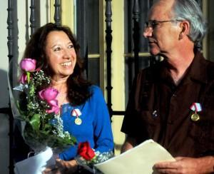 Alicia Jrapko y William (Bill) Hackwell,  del Comité de Solidaridad con Los Cinco, recibieron la Medalla de la Amistad. FOTO/Oriol de la Cruz