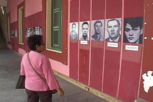 Brenda Esquivel frente a las fotografías de sus compañeros asesinados.