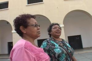 Brenda y Marlene en el patio del cuartel de San Carlos.