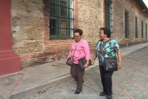 Las hermanas Brenda y Marlene casi a la entrada del cuartel de San Carlos.