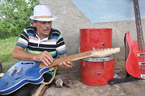 Más de 50 instrumentos han sido construidos o reparados por Abilio.