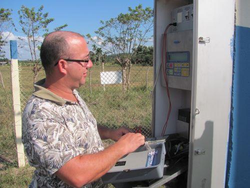 Desde su puesto al frente de las comunicaciones en la subestación de 220 kv de Tuinucú Yuniesky alimenta la creación.