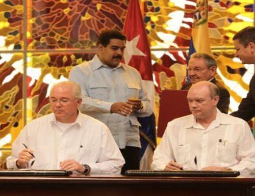 En enero de este año el entonces ministro de Petróleo de Venezuela, Rafael Ramírez, y el ministro de Comercio Exterior de Cuba, Rodrigo Malmierca, renovando el convenio de Cooperación Venezuela-Cuba.
