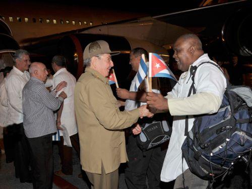 Raúl despidió a los colaboradores cubanos que partieron hacia Liberia y Guinea Conakry.