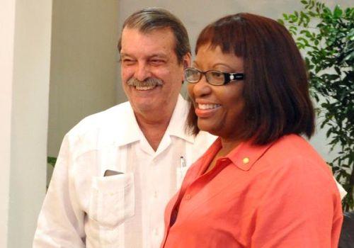 Carissa Etienne junto a Abelardo Moreno, viceministro de Relaciones Exteriores de Cuba.