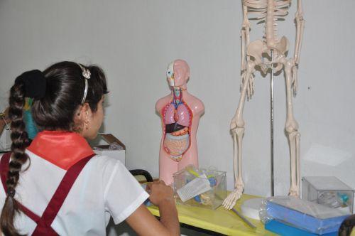 La apertura de un aula especializada en Ciencias Naturales fortalece el proceso de enseñanza-aprendizaje.