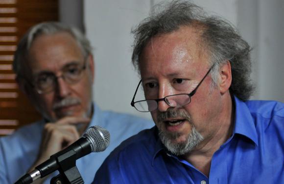 """Peter Kornbluh (derecha) y William LeoGrande durante la presentación de """"Back Channel to Cuba"""", en La Habana."""