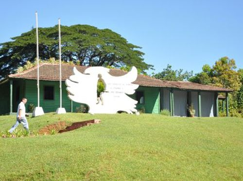 La escultura de hormigón y acero en forma de gavilán, con la silueta del Che en su centro, ofrece la bienvenida a quienes llegan al poblado fomentense.