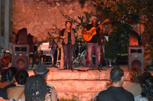 El Lío de Lía defiende el género trova, fusionándolo con otras sonoridades del pentagrama cubano.