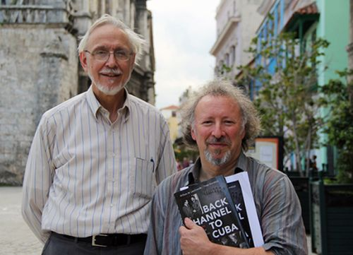 "William LeoGrande (izquierda) y Peter Kornbluh, autores de ""Back Channel to Cuba: The Hidden History of Negotiations between Washington and Havana"". Foto: David Vázquez."