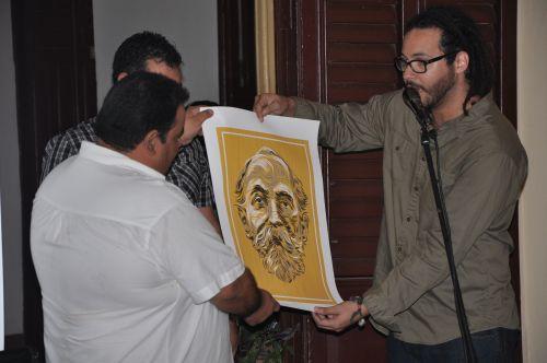 Artistas de la plástica integrantes de la brigada donaron un afiche del prócer puertorriqueño Eugenio María de Hostos.
