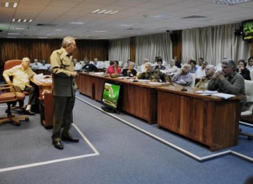 Raúl junto a Samuel Rodiles, presidente del IPF, durante el análisis para la aprobación del Plan General de Ordenamiento Urbano de la ciudad de Santiago de Cuba. Foto: Estudio Revolución .