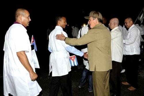 Raúl despidió a la brigada médica cubana que partió hacia Sierra Leona.