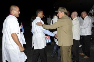 A cada uno de ellos Raúl le dio un apretón de mano antes de partir hacia Sierra Leona.
