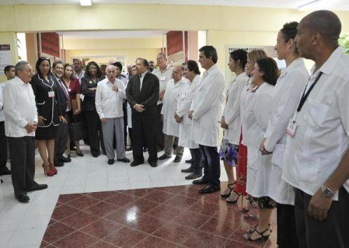 Raúl compartió valoraciones sobre la creación de la Escuela Latinoamericana de Medicina en la visita a la Unidad Central de Cooperación Médica. Foto: Estudio Revolución