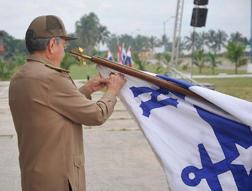 Raúl colocó la Orden en la bandera insignia del prestigioso centro de enseñanza.