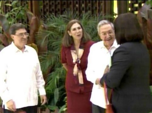 Raúl Castro saluda a la directora de la OPS, Carissa Etienne.