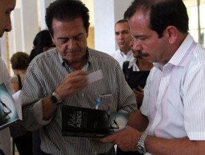 Fernando González firma un ejemplar de Retrato de una ausencia.