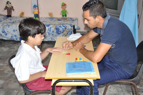 Richard ha desarrollado habilidades motoras y del lenguaje gracias a la entrega de sus asesores.