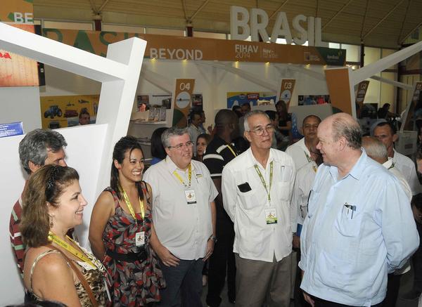 Rodrigo Malmierca (D), ministro de Comercio Exterior y la Inversión Extranjera (MINCEX) realiza un  recorrido durante la apertura del pabellón de Brasil. Foto AIN