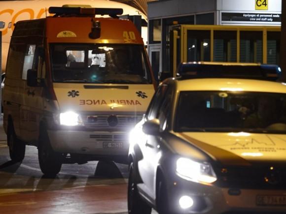 La ambulancia transporta al médico cubano Félix Báez, víctima de ébola, del aeropuerto al Hospital Universitario de Ginebra. Foto: AFP