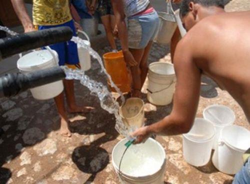 Diversas comunidades reciben el líquido en pipas.