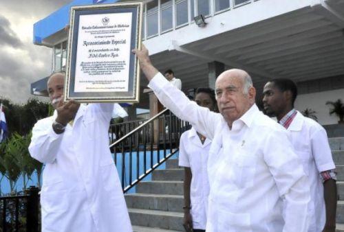 El doctor José Ramón Machado Ventura presidió este viernes el acto por el XV aniversario de la ELAM, de La Habana. Foto: Granma