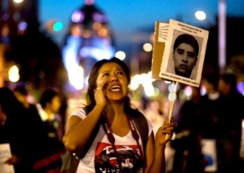 El miércoles, unas 20 mil personas encabezadas por familiares de los normalistas desaparecidos participaron en la megamarcha global por Ayotzinapa en la ciudad de México.