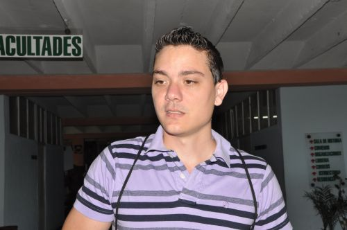 """""""Caminar no es problema, sino las condiciones. Antes estábamos en una de las mejores becas del país"""", expone Maykel Hernández Morales, alumno de cuarto año de Ingeniería Informática."""