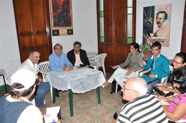 Naeem Khan,  jefe de misión de la Embajada de Pakistán en Cuba,  y el destacado periodista pakistaní Murtaza Solangi departieron con reporteros espirituanos.