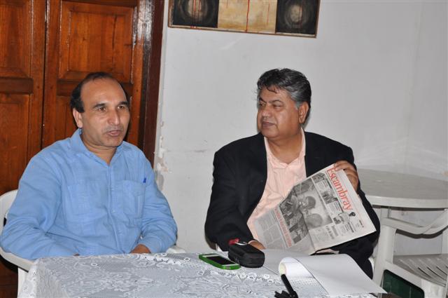 Solangi (D) lamentó que en Pakistán la prensa pertenece a intereses privados.