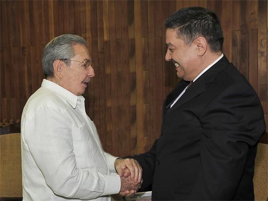 Raúl recibió al señor Abdelmalek Boudiaf, ministro de Salud, Población y Reforma Hospitalaria de la República Argelina Democrática y Popular. Foto: Estudios Revolución