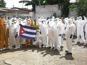 Cuba estuvo en primera línea en la batalla contra el ébola, apuntó The Guardian.