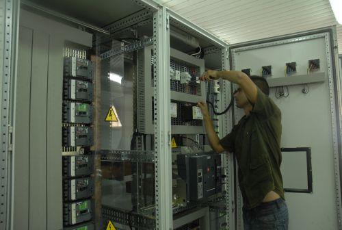 El taller de Panelec ha fabricado 211 pizarras eléctricas este año.