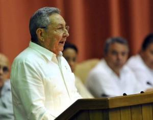 Raúl hace uso de la palabra en la sesión clausura del Parlamento cubano.