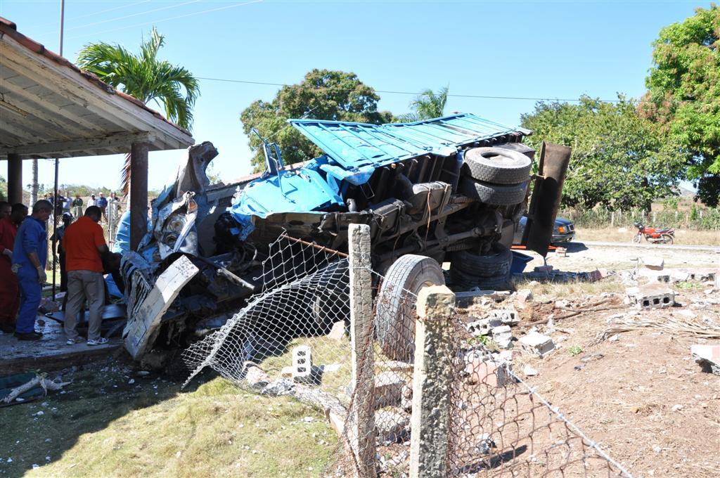 El accidente ocurrió en la zona de Los Limpios, en la carretera Sancti Spíritus-Trinidad. Fotos Vicente Brito