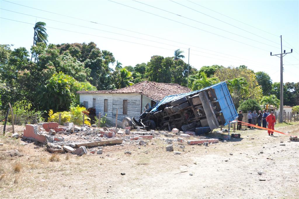 El camión prácticamente borró la parada de Los Limpios, luego de que el chofer perdiera el control del vehículo. Foto Vicente Brito.