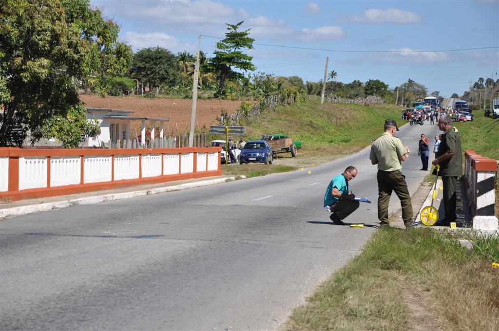 Peritos de la sección de criminalística de la PNR investigan las causas que provocaron el accidente.  Foto Vicente Brito.