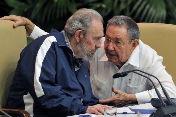 """En Fidel y Raúl, la vanguardia política de los """"pinos nuevos"""" de la Revolución sintetiza y distingue a la Generación del Centenario, a la cual dedica la cita de la UJC."""