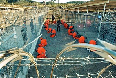 Desde enero de 2002, Estados Unidos mantiene un centro de internamiento en su ilegal base de Guantánamo.