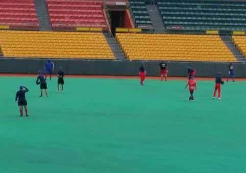 El conjunto cubano practicó este domingo en el estadio Roberto Clemente. Foto Diario El Nuevo Día.
