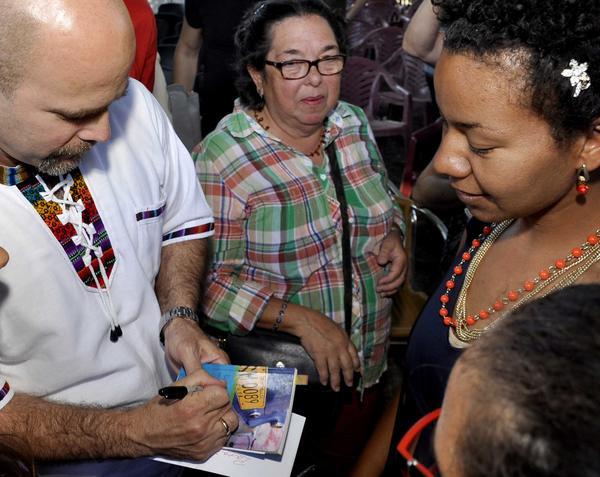 """Gerardo Hernández (I), uno de Los Cinco Héroes, durante la presentación de su libro en inglés """"El humor desde mi pluma"""". Foto AIN."""