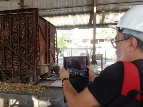 Los visitantes se interesaron por la producción azucarera en el territorio.