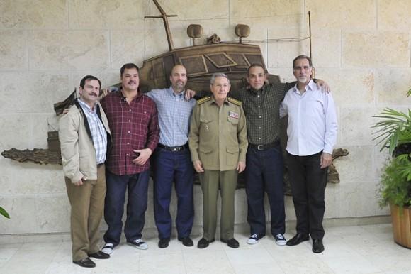 Los Cinco junto al presidente cubano Raúl Castro en diciembre pasado.