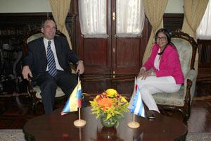 La canciller venezolana Delcy Rodríguez recibió al embajador cubano en Caracas, Rogelio Polanco.