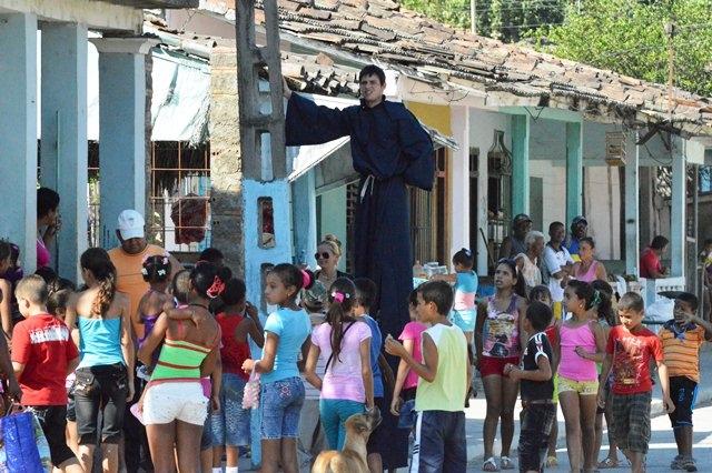 Los zancos llamaron la atención de los pequeños de la comunidad.